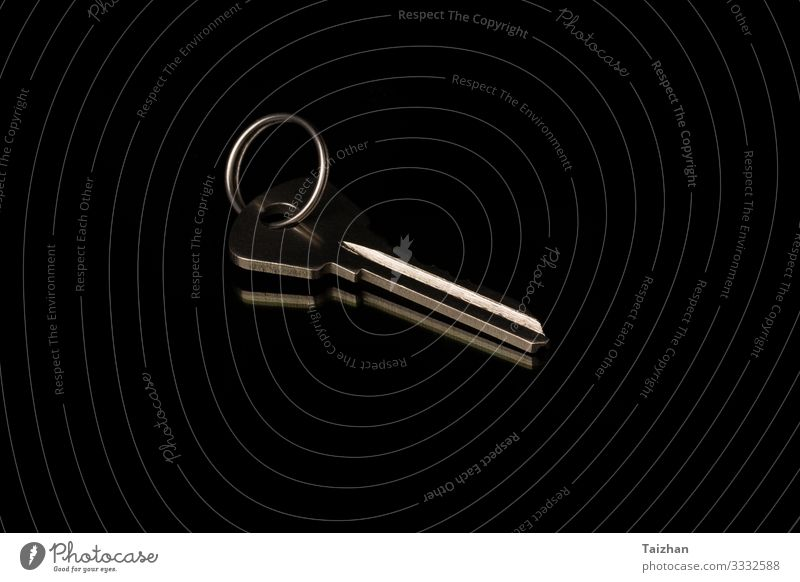 verchromter Metallschlüssel auf schwarzem Hintergrund. Erfolg Business Werkzeug Ring authentisch dreckig oben Sicherheit Schutz Geborgenheit Taste Anwesen