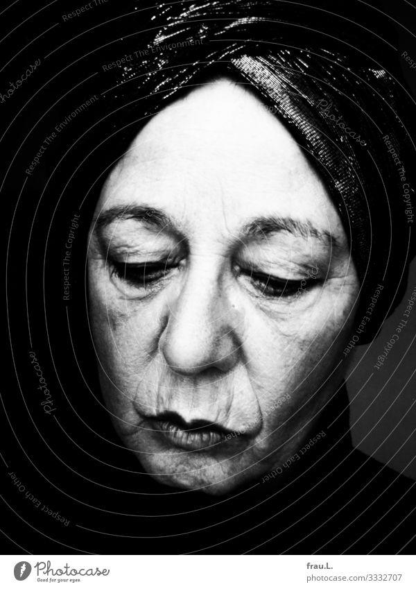Blick nach unten Mensch Frau Erwachsene Gesicht 1 60 und älter Senior Denken Turban schmollen Trauer Falte bleich außergewöhnlich einzigartig trotzig