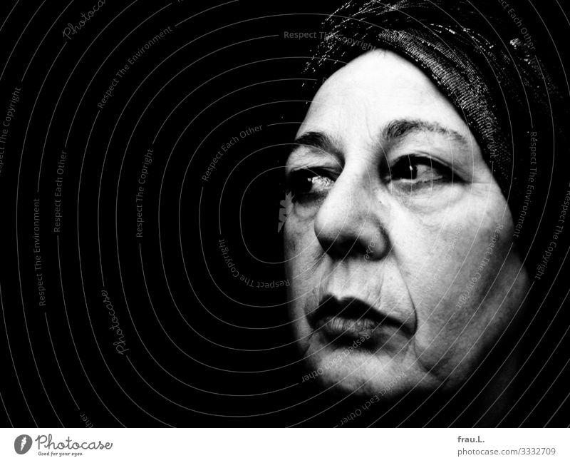 Seitenblick Mensch Frau Erwachsene Gesicht 1 60 und älter Senior Kopftuch Turban beobachten Denken Blick alt retro Falte Altersflecken Lippenstift