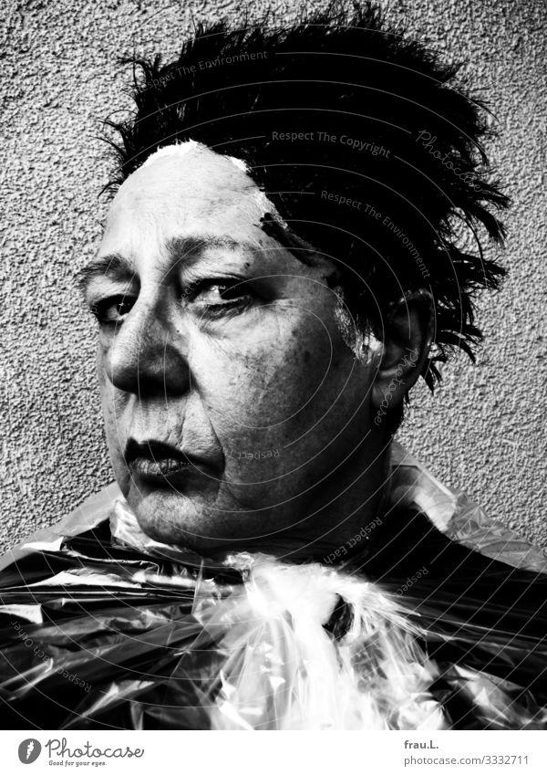Zumutung Frau Mensch alt Gesicht Erwachsene Senior Traurigkeit feminin Haare & Frisuren 60 und älter verrückt beobachten Falte Creme schwarzhaarig Friseur