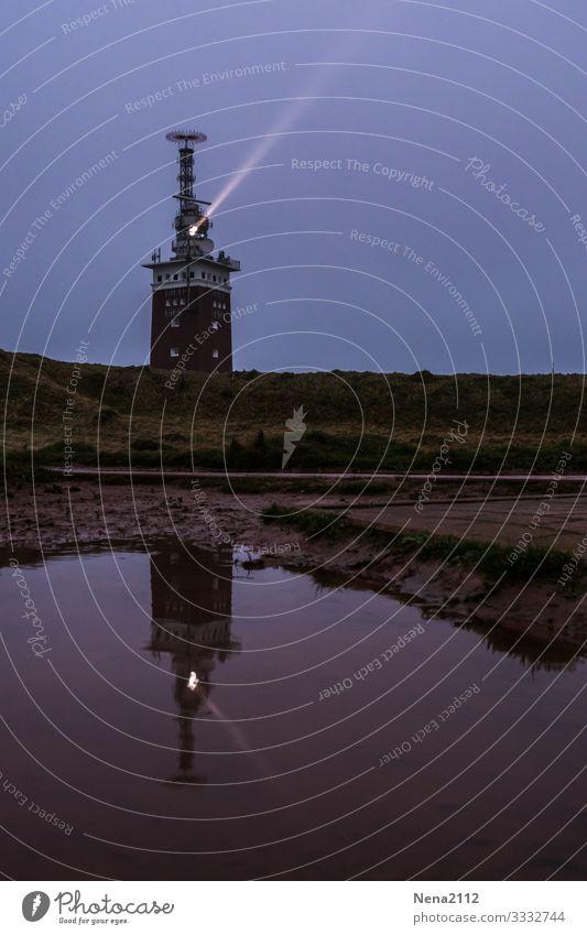Leuchtturm in Helgoland Fischerdorf dunkel helgoland Pfütze Insel Nordsee Nordseeinsel Ferien & Urlaub & Reisen Urlaubsort Niedersachsen Farbfoto Außenaufnahme