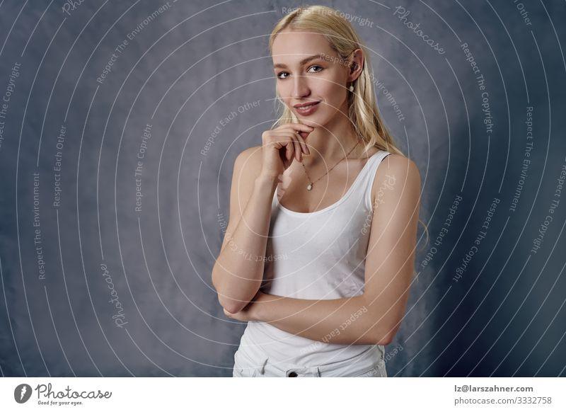 Attraktive, schlanke, blonde Frau mit langen Haaren Glück Körper Gesicht Sommer Erwachsene 1 Mensch 18-30 Jahre Jugendliche Hemd Jeanshose Lächeln dünn Erotik