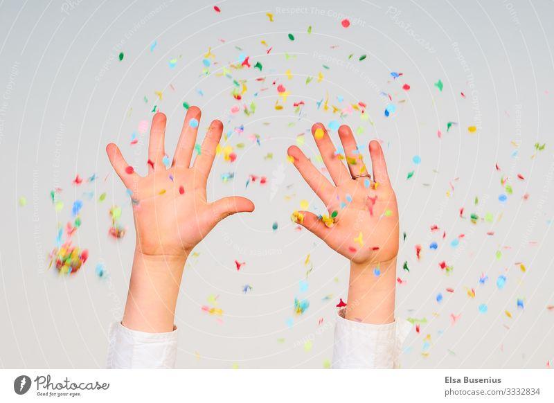 Hände hoch Mensch feminin Kind Mädchen Hand 1 8-13 Jahre Kindheit Party Geburtstag Konfetti Gefühle Freude Karneval Farbfoto Studioaufnahme Bewegungsunschärfe