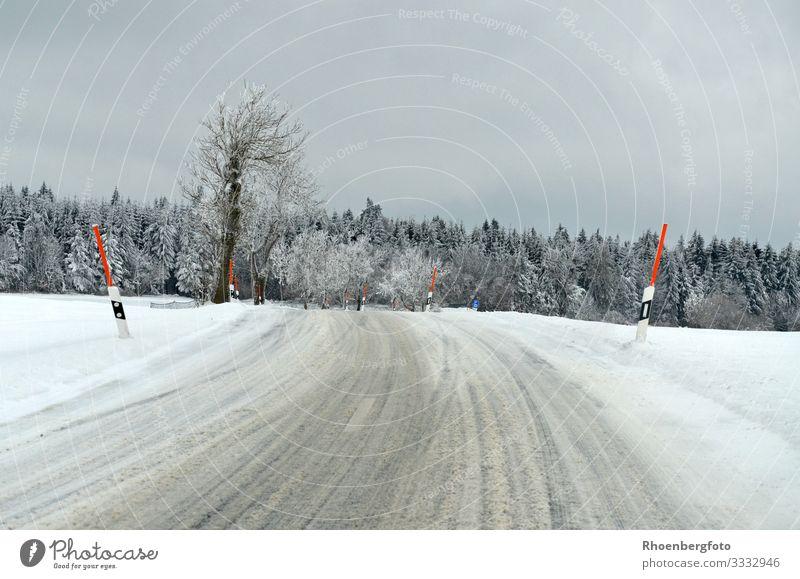 Fahrbahn im Winter Himmel Natur Pflanze Landschaft Berge u. Gebirge Straße kalt Schnee Schneefall wandern PKW Verkehr Nebel Wetter Wind