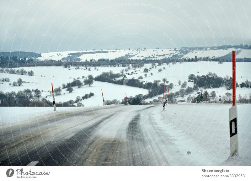 verschneite Landstraße Himmel Natur Landschaft Winter Berge u. Gebirge Straße kalt Schnee Arbeit & Erwerbstätigkeit Schneefall wandern PKW Verkehr Eis Nebel