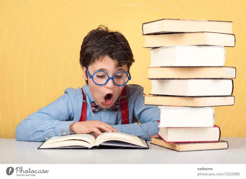Überraschter Junge beim Lesen eines Buches Lifestyle lesen Kind Schule lernen Schulkind Schüler Student Mensch maskulin Kindheit 1 8-13 Jahre Denken schreiben