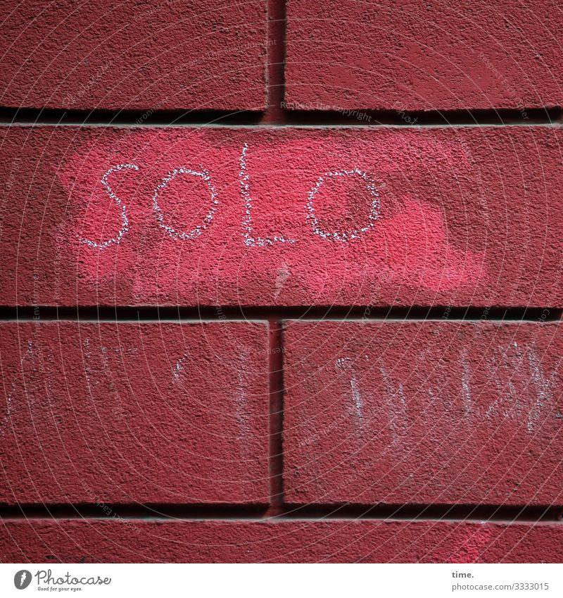 Du bist nicht allein | Geschriebenes Mauer Wand Fassade Backstein Furche Kreide Fleck Stein Schriftzeichen Graffiti Linie eckig fest trocken Stadt rot