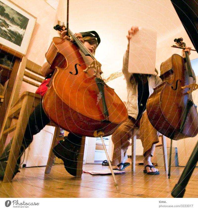 Leidenschaft auf 8 Saiten cello musik machen instrument musikinstrument innenaufnahme einrichtung üben junge frau mutter sohn holzparkett leidenschaft