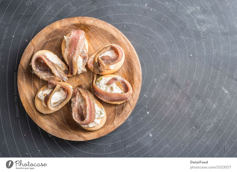 Spanische Tapa, russischer Salat (marinera). Fleisch Wurstwaren Brot Ernährung Mittagessen Abendessen Teller Tisch Restaurant Gastronomie Kultur Holz lecker