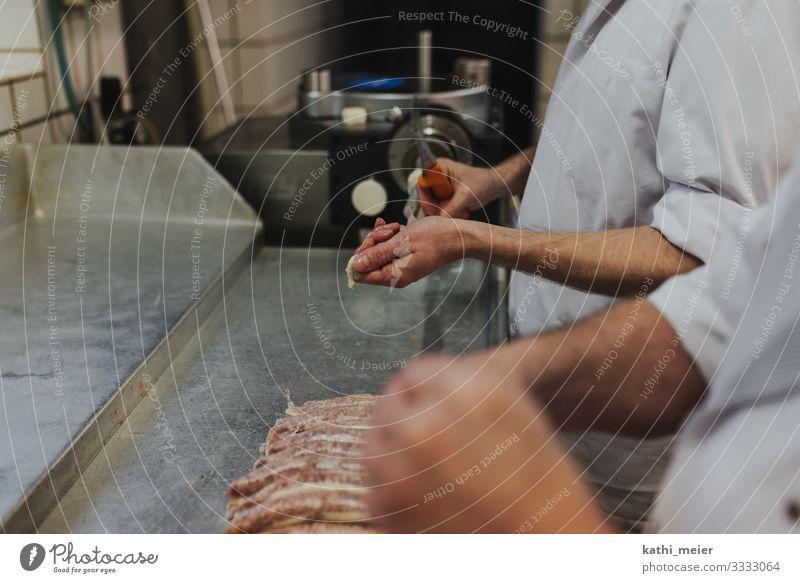 Beim Metzger III Lebensmittel Fleisch Wurstwaren Handwerker 2 Mensch grün weiß Teamwork Querformat Schlachtung Bratwurst Berufsausbildung Lebensziel Slowfood