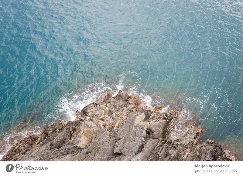 Draufsicht auf die Wellen, die auf das Ufer treffen Umwelt Natur Landschaft Wasser Frühling Sommer Küste Bucht Meer Mittelmeer Stein natürlich blau türkis
