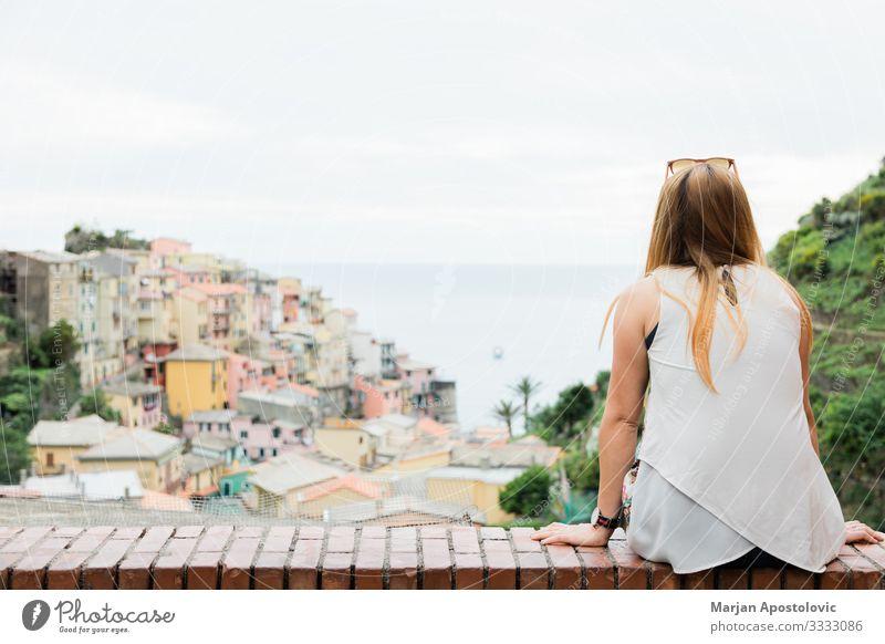 Genießen Sie den Blick auf das Dorf Manarola am Meer Lifestyle Freude Ferien & Urlaub & Reisen Tourismus Ausflug Abenteuer Freiheit Sightseeing Städtereise