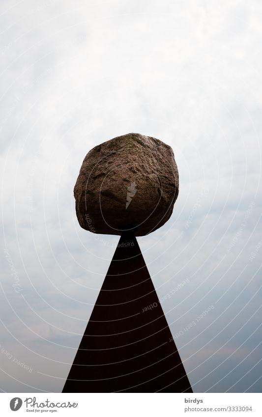 Auf die Spitze getrieben Kunst Kunstwerk Himmel Wolken Stein Dreieck außergewöhnlich fantastisch oben braun grau weiß Optimismus Überraschung ästhetisch