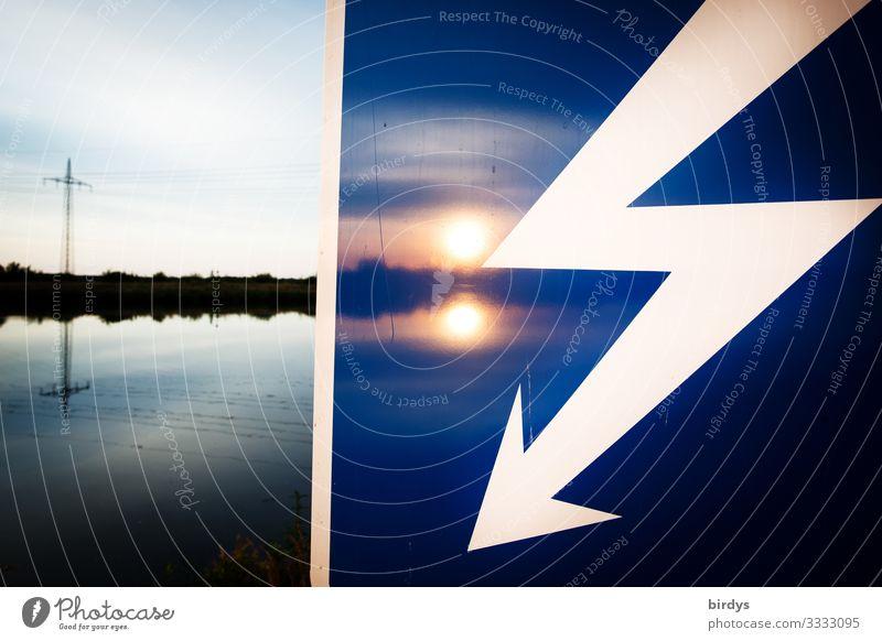nachhaltige Lösungen gesucht Energiewirtschaft Erneuerbare Energie Sonnenenergie Wasserkraftwerk Energiekrise Hochspannungsleitung Landschaft Sonnenaufgang