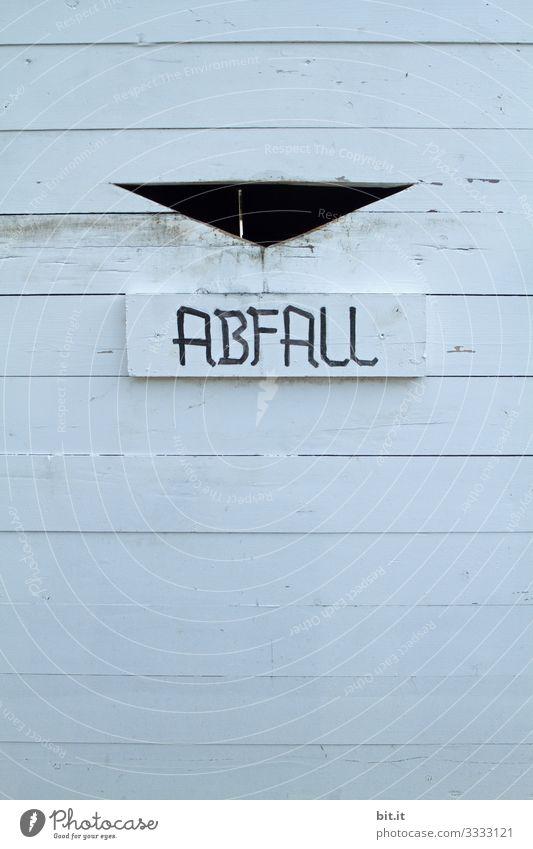 Schriftzug Abfall auf einem weissen Abfallbehälter aus Holz zur Mülltrennung, Nachhaltigkeit und Klimawandel, im Garten. dreckig Umwelt Umweltverschmutzung