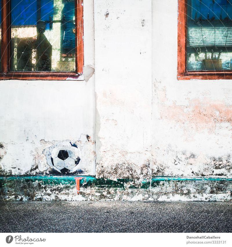 Fußball abgebildet auf Wand Sport Ball Ballsport Freizeit & Hobby Spielen Fußballplatz sportlich Sportveranstaltung Mauer Fenster Sport-Training Bundesliga