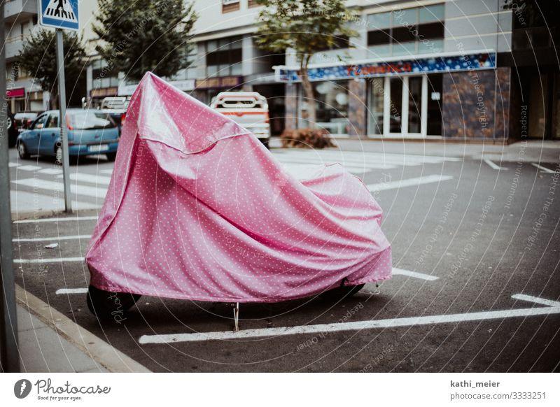 Versteckt in Pink Teneriffa rosa verstecken Abdeckung Kleinmotorrad Straße Verkehr Verkehrswege Stadt verschwunden verloren finden Kontrast Farbe Farbenwelt
