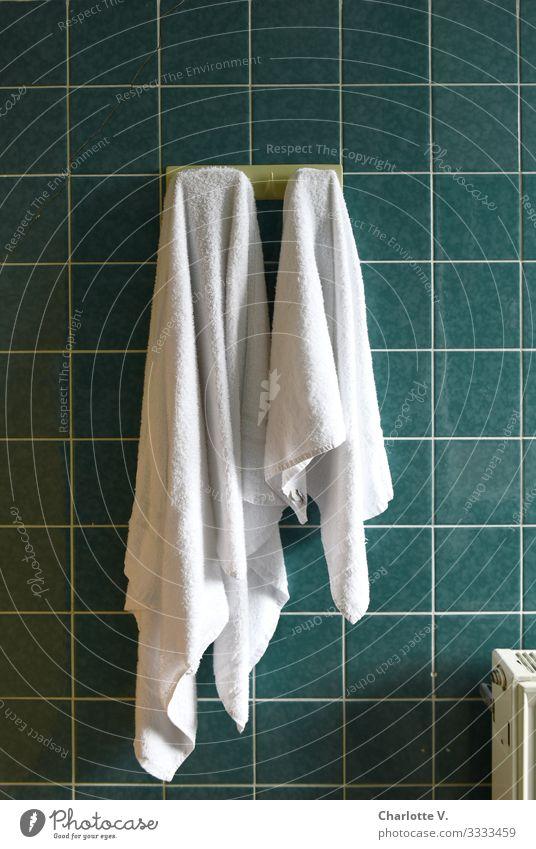 Ordnung | Zwei weiße Handtücher hängen an Haken an grünen Wandfließen. Lifestyle Körperpflege Häusliches Leben Wohnung Bad Fliesen u. Kacheln Linie Handtuch