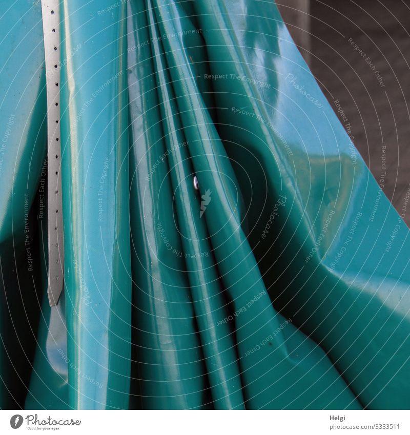 Faltenwurf eines petrolfarbenen Plastikvorhangs Vorhang menschenleer Licht Schatten Detailaufnahme einfarbig Strukturen & Formen gedeckte Farben hängen Schutz