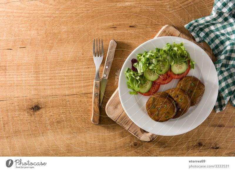 Seitan mit Gemüse auf Holztisch. Gefälschtes Fleisch seitan Vegane Ernährung Fälschung alternativ Lebensmittel Gesunde Ernährung Foodfotografie