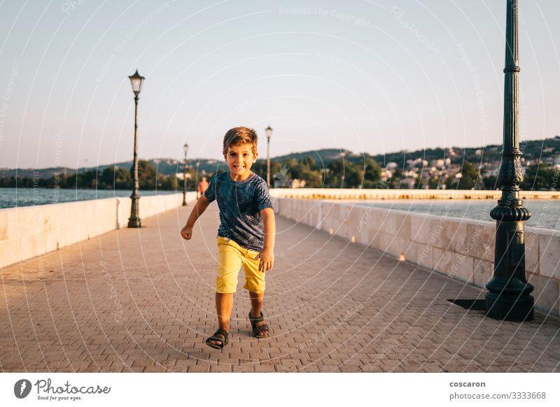 Athletisches Kind, das auf einer Brücke in Argostoli, Griechenland, läuft. Lifestyle Freude Glück Gesundheit Leben Freizeit & Hobby Spielen