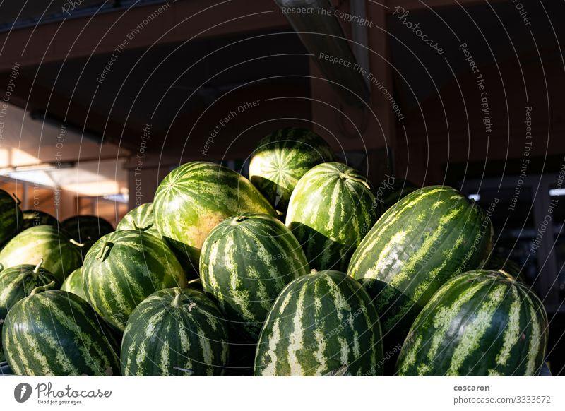 Viele Wassermelonen auf einem Straßenmarkt Lebensmittel Gemüse Frucht Dessert Ernährung Bioprodukte Vegetarische Ernährung Diät Design Gesunde Ernährung Sommer