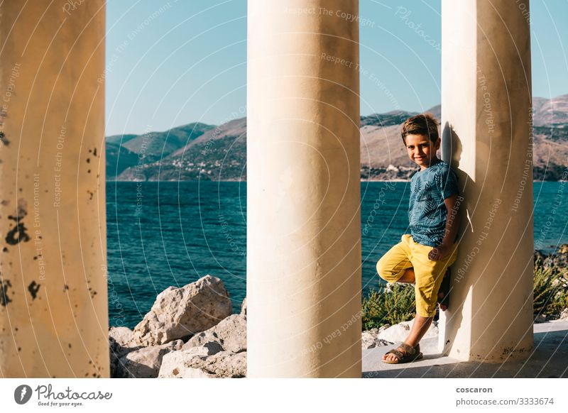 Kleiner Junge auf einer Säule am Meer gestützt Lifestyle Glück schön Freizeit & Hobby Ferien & Urlaub & Reisen Sommer Strand Kind Mensch maskulin Kleinkind