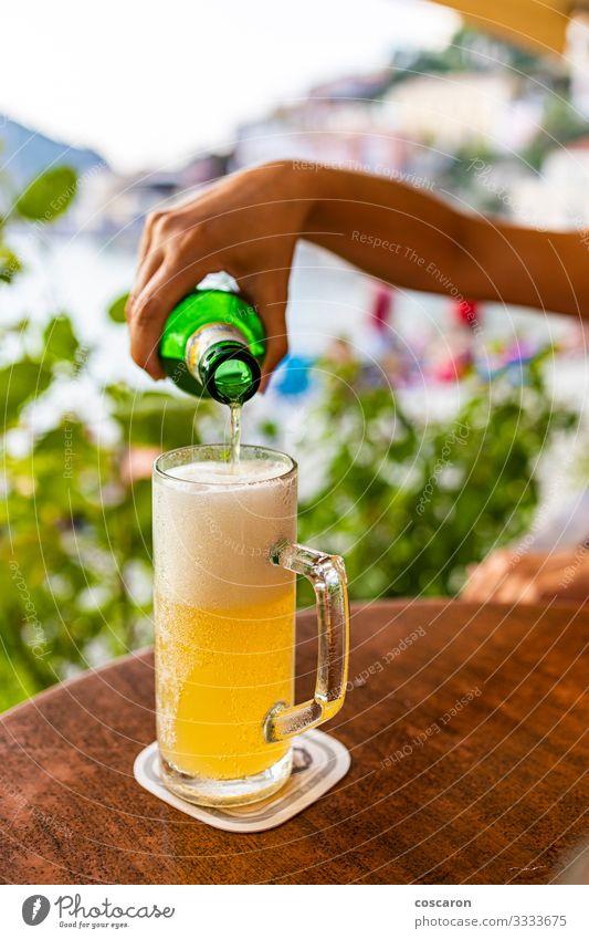 Handabfüllung eines Glases Bier auf einer Terrasse Getränk Alkohol Flasche Lifestyle Ferien & Urlaub & Reisen Tourismus Sommer Sommerurlaub Strand Meer Tisch