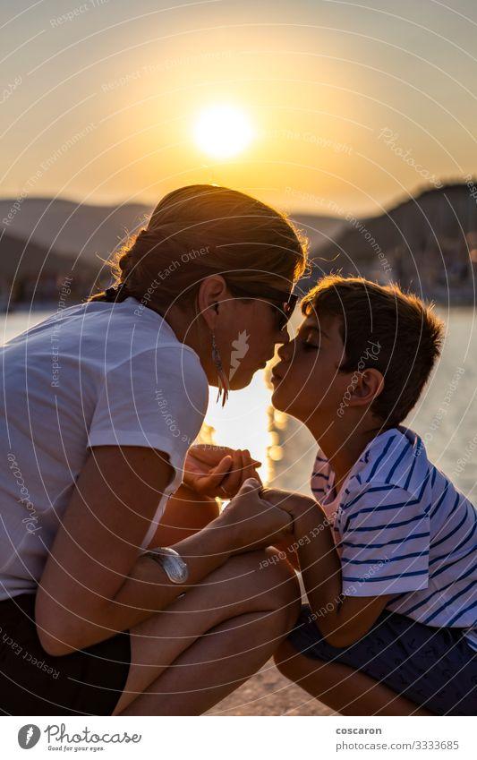 Mutter und Sohn schauen sich bei Sonnenuntergang an Lifestyle Freude Glück Freizeit & Hobby Spielen Ferien & Urlaub & Reisen Sommer Strand Meer Muttertag Kind