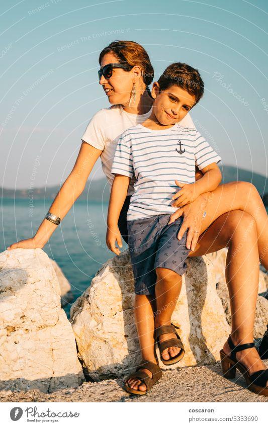 Mutter und Sohn geniessen entspannt den Blick aufs Meer Lifestyle Freude Glück schön Erholung Ferien & Urlaub & Reisen Tourismus Ausflug Abenteuer Sommer