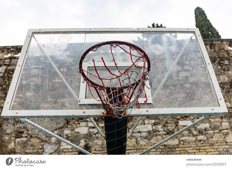 Alter Korb an einem wolkigen Tag. Ansicht von oben Freude Erholung Freizeit & Hobby Spielen Sport Sportstätten Schule Himmel Park Spielplatz Straße Holz Metall