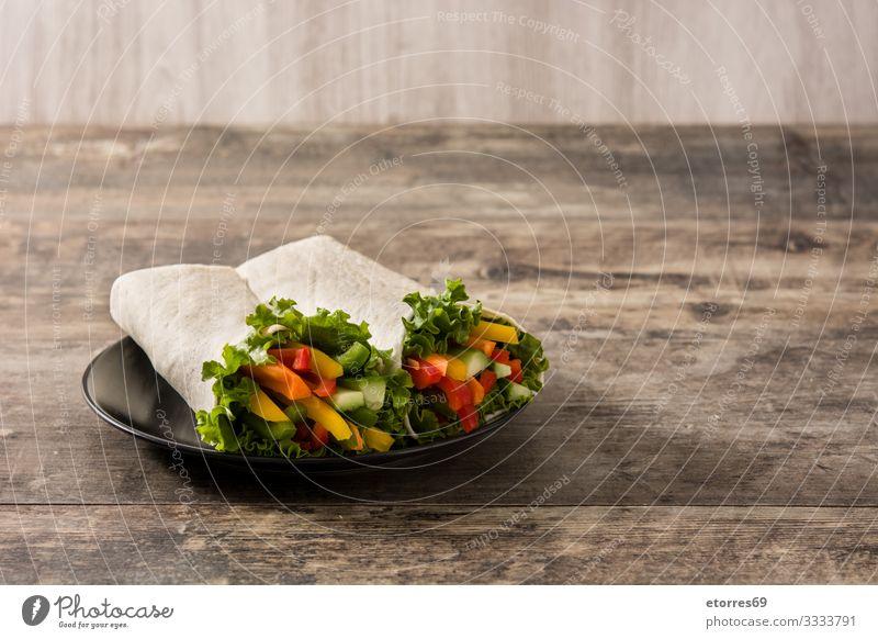 Gemüsetortilla-Wraps auf Holztisch. umhüllen Brötchen Fladenbrot Lebensmittel Gesunde Ernährung Foodfotografie Frühling Vegetarische Ernährung mischen Möhre