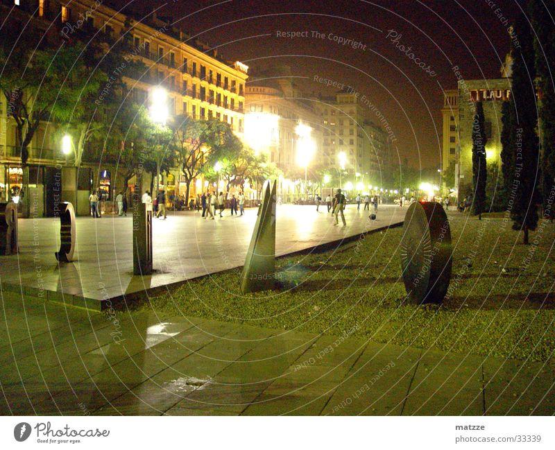 Barcelona by Night Nacht Europa Skulptur Stadtlicht Mensch Außenaufnahme Nachtaufnahme