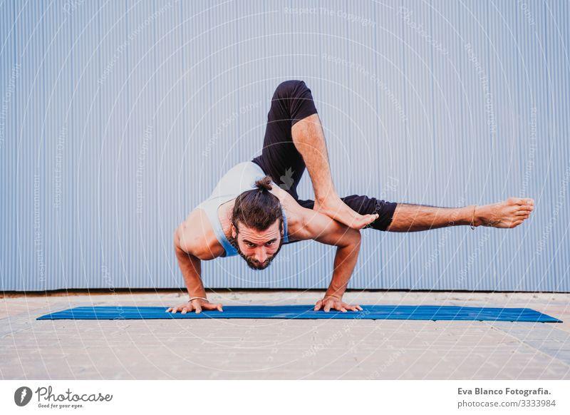 mann in der stadt, der yoga-sport betreibt. blauer hintergrund. gesunde lebensweise Blauer Hintergrund Yoga Mann Großstadt Stadt Lifestyle muskulös