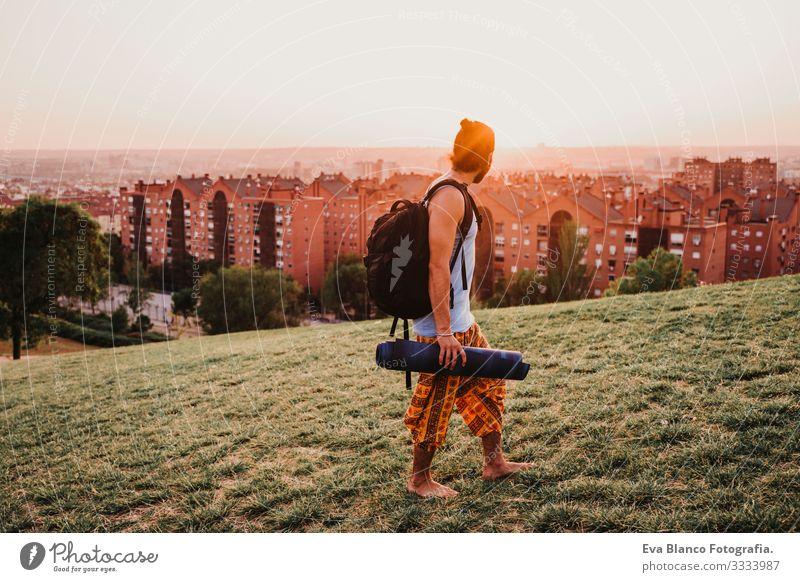 junger Mann in einem Park, der bereit ist, Yoga-Sport zu betreiben. städtischer Hintergrund. gesunde Lebensweise Konzentration Posten Mensch Jugendliche Körper
