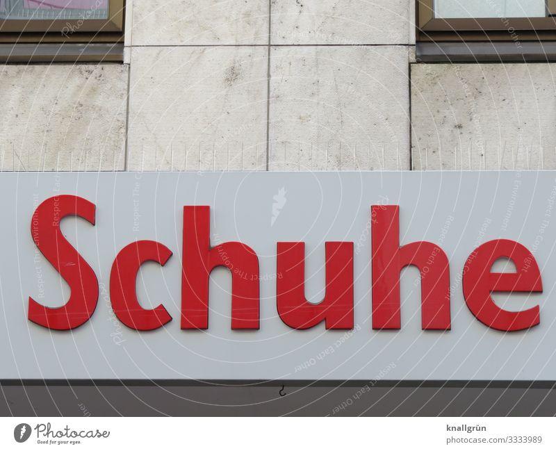 Schuhe Haus Gebäude Ladengeschäft Schuhgeschäft Mauer Wand Fassade Fenster Schriftzeichen Schilder & Markierungen Kommunizieren Stadt braun rot Freude Glück