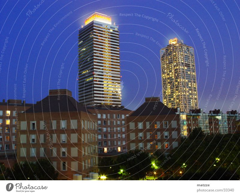 Barcelona by Night Vila Olimpica Hochhaus Nacht Beleuchtung Nachthimmel Gebäude Europa