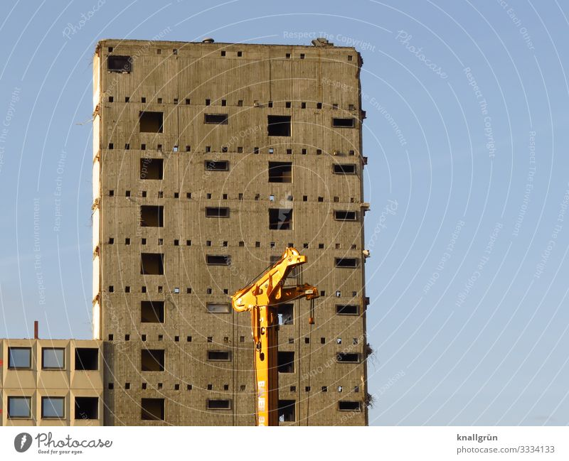 Abbruch Maschine Stadt Menschenleer Haus Hochhaus Ruine Mauer Wand Fassade Fenster alt groß kaputt blau braun gelb Vergänglichkeit Wandel & Veränderung