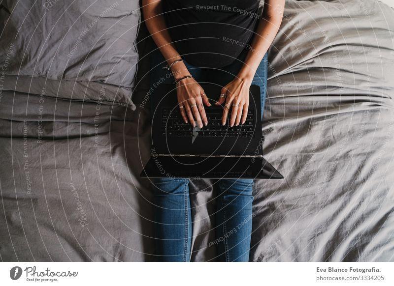 junge schwangere Frau, die zu Hause am Laptop arbeitet Notebook Computer Technik & Technologie heimwärts Bett Baby