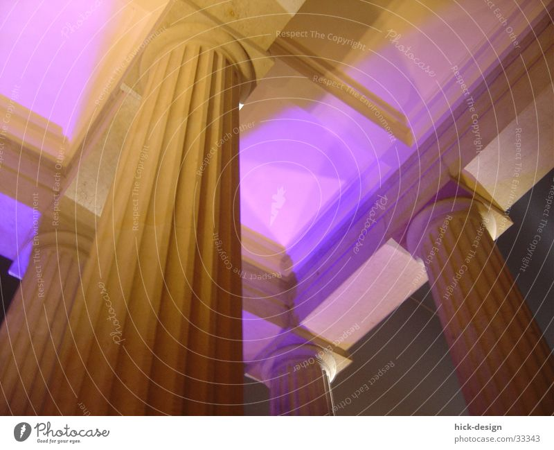 lichtsäule Berlin Stein Architektur violett Säule Decke Strebe Brandenburger Tor