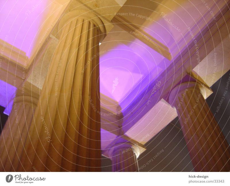 lichtsäule Brandenburger Tor violett Strebe Architektur Säule Stein Berlin Decke