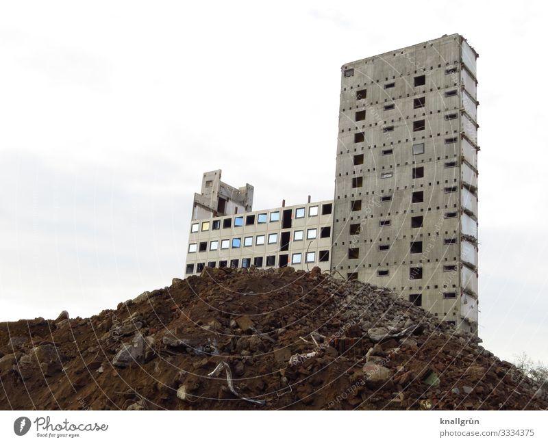Leerstand Haus Hochhaus Fassade Fenster Schutthaufen dreckig dunkel groß hoch kaputt Stadt braun grau weiß Verfall Vergänglichkeit Wandel & Veränderung