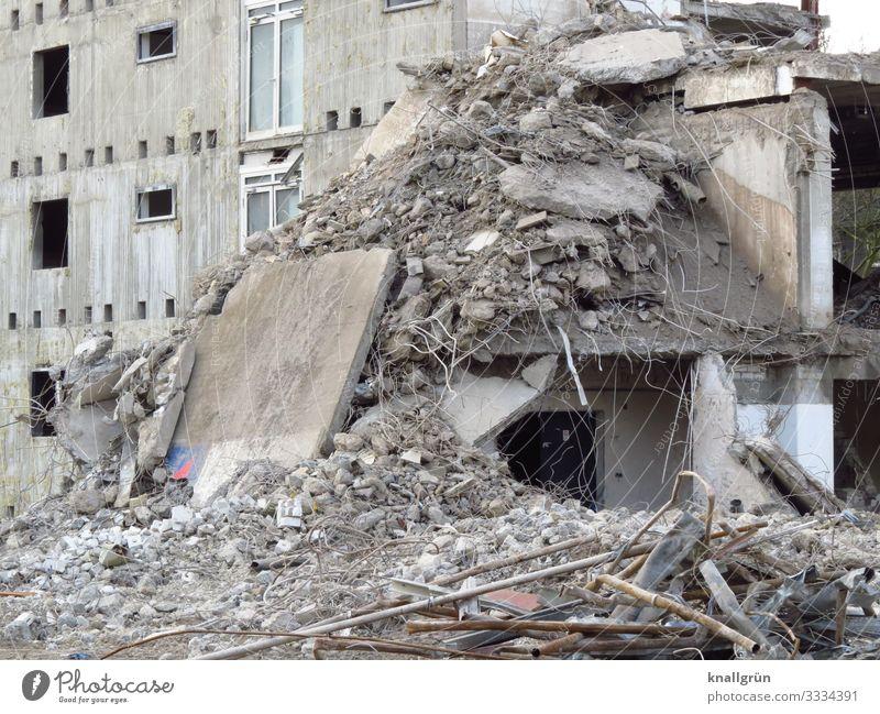 Bruchbude Stadt Hochhaus Mauer Wand Fassade Fenster bauen alt dreckig hoch kaputt braun grau weiß Verfall Vergänglichkeit Wandel & Veränderung Häusliches Leben