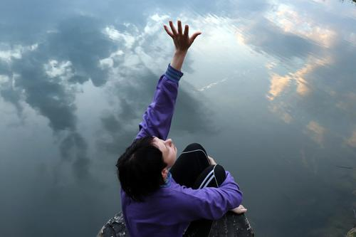 himmel frau 4 Gesundheit Erholung ruhig Sport Wassersport Schwimmen & Baden Mädchen Junge Frau Jugendliche Hand 1 Mensch Himmel Klima Klimawandel Wetter fliegen
