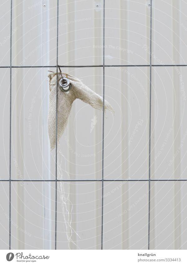 abgerissen weiß kaputt Baustelle hängen silber Gitter Bauzaun Öse Stofffetzen