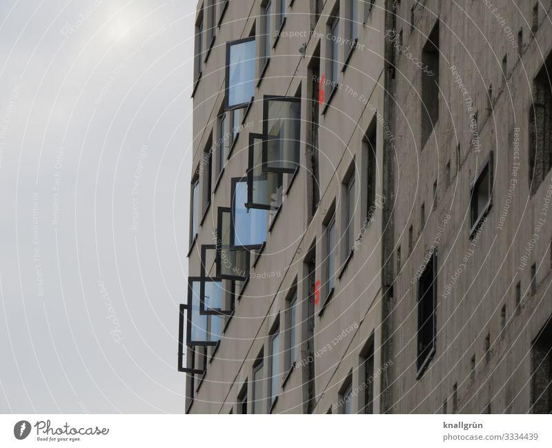 Hausfassade mit nach außen geöffneten Fenstern Architektur Fassade Hochhaus Glas Reflexion & Spiegelung Gebäude Bauwerk Bürogebäude Außenaufnahme Stadt