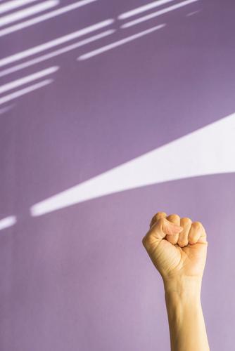 konzeptuelle Fotografie Frauentag in violettem Hintergrund Freiheit Mensch Homosexualität Erwachsene Hand Erde Fitness stark Romantik Entwurf Diskriminierung