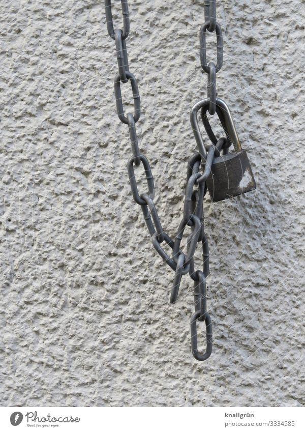 Vorhängeschloss Haus Mauer Wand Schloss hängen silber weiß Sicherheit Metallkette Farbfoto Außenaufnahme Menschenleer Textfreiraum links Textfreiraum unten