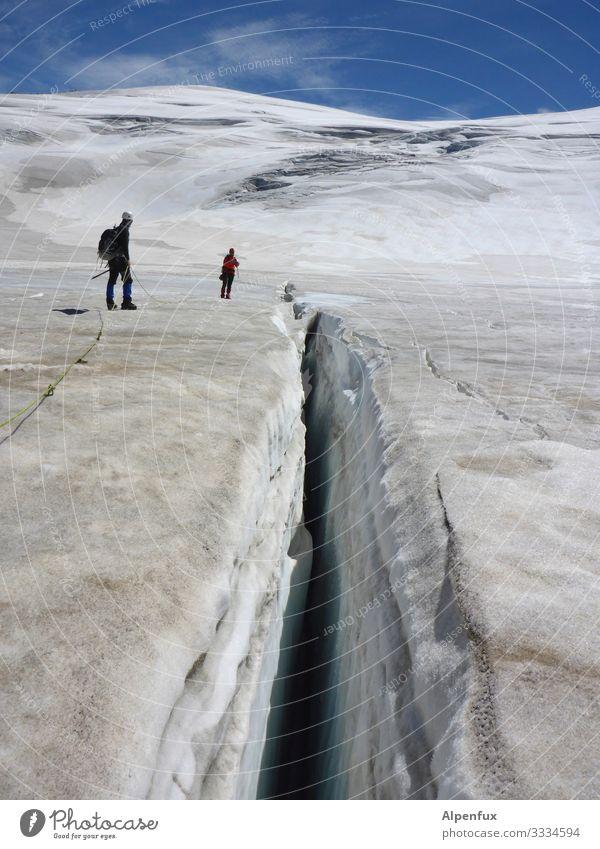 Eiszeit | Spaltenzeit Mensch Natur Berge u. Gebirge Umwelt kalt Schnee Angst stehen Abenteuer Perspektive Schönes Wetter Coolness Klima bedrohlich Gipfel