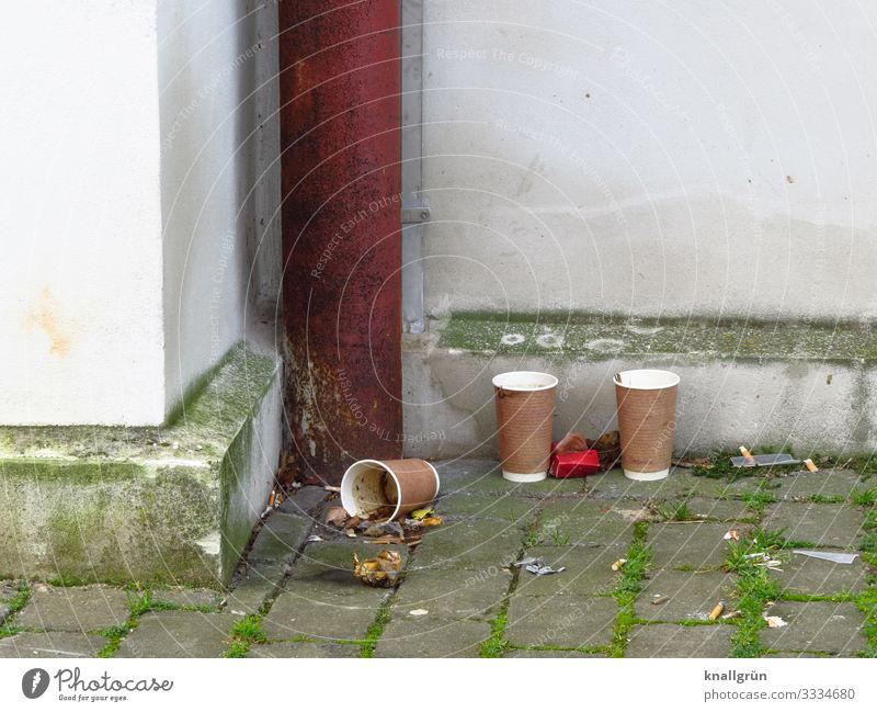 Kaffee-Ecke Haus Mauer Wand Regenrohr Fallrohr Sockel Kaffeebecher Pappbecher Zigarettenstummel Erholung stehen dreckig Stadt braun grau weiß Gefühle Kontakt